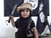 بالفيديو والصور… طفل داعشي يذبح دميته على طريقة الجهادي جون!