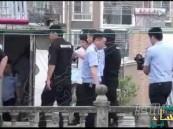 بالفيديو.. هذا رد فعل أب مع مغتصب ابنته أثناء تمثيله الجريمة!