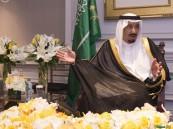خادم الحرمين الشريفين يستقبل قدامى الموظفين الأمريكيين بأرامكو السعودية