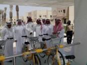 """بالصور.. رسمياً: الدراجات تغزو محيط """"الملك فيصل"""" لنقل الطلبة وهيئة التدريس مجاناً"""