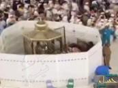"شاهد.. لحظات تنظيف ""مقام إبراهيم"" بالمسجد الحرام استعداداً للحج"
