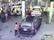 بالفيديو.. تهور سائق سعودي يتسبب في حادثة دهس عنيفة لعامل مغسلة