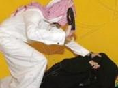 زوج يشعل النار في زوجته ويضربها حتى الموت أمام أطفالهم في جدة !!