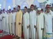 بالفيديو.. إمام مسجد ينسى الفاتحة أثناء الصلاة بملك المغرب !!