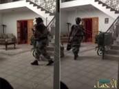 بالفيديو ..ماذا قالت سيدة لرجال الأمن بعد القبض على داعشي في منزلها ؟
