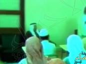 شاهد.. فيديو نادر للملك خالد والملك عبدالله يحضران درسا قرآنيا