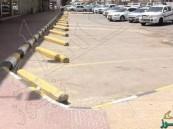 غربيون يتناقلون صورة إيقاف سعوديين لسياراتهم بطريقة غريبة