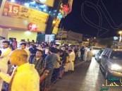 """شاهد.. العشرات يُمضون الليل أمام متاجر المملكة بانتظار """"آيفون 6s"""""""