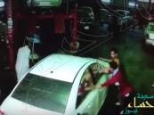 """شاهد.. رد فعل """"لص"""" بعد أن فوجئ بصاحب السيارة أمامه !"""