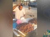 بالصورة.. أهالي #الأحساء يفزعون لـ #بائع_اللوز ..وأسواق القرية تفاجئه بعرض مغري