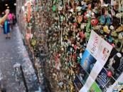 """بالصور.. جدار """"العلكة"""" في سياتل.. الموقع السياحي الأكثر اشمئزازاً في العالم!!"""