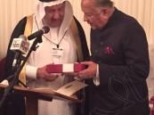 بالصور.. الشيخ عبداللطيف الجبر أول سعودي يتقلد جائزة السلام العالمي في إنجلترا