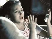 بالفيديو.. مشاهد مؤثرة لطفلة مريضة بالسرطان تبكي وتبتهل في صلاتها