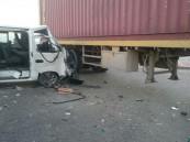 بالصور.. تسع إصابات جراء فرم شاحنة لسيارة بالدمام !