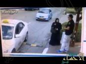 """بالفيديو.. فلسطينية تطعن جندى اسرائيلى بـ""""سكين"""" جنوب القدس"""