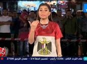 بالفيديو.. مصري يقبل زوجته على الهواء خلف مذيعة في شرم الشيخ !!