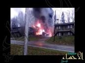 بالفيديو.. اشتعال النار بطائرة ركاب أمريكية إثر سقوطها فوق مبنى سكني