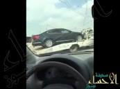 """شاهد.. مواطن """"يرثي"""" سيارته بعدما فقدها في أمطار جدة"""