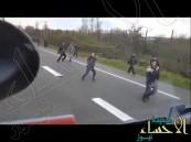 شاهد.. سائق شاحنة يُحاول دهس لاجئين سوريين في فرنسا !