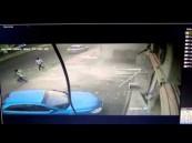 شاهد.. مشهد مروّع لاقتحام سيارة لصالون حلاقة في مكة.. ووفاة شخصين