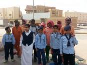 طلاب مدرسة ابن المقرب وسلطانة يوزعون حقائب شتوية على العمالة