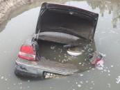 بالفيديو والصور.. في #الأحساء الأرض تبتلع سيارة مواطن.. ونجاته بأعجوبة !!