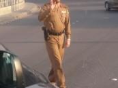 """بالصور.. مدير مرور #الأحساء """"الزهراني"""" يُنظم حركة السير ميدانياً"""