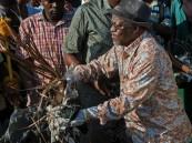 تنزانيا.. رئيس الدولة جامع قمامة !