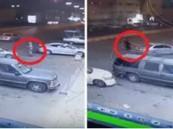 """بالفيديو.. شاب يسرق سيارة بـ""""تبوك"""" و""""سيدة"""" تهرب في أخر لحظة"""
