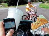 """المرور: """"150"""" ريالاً مخالفة الأكل والشرب أثناء القيادة"""