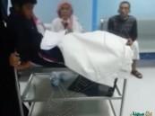 بالفيديو.. نقل طفل مريض على طاولة معدنية في مستشفى بالمدينة !