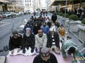مسلمون يؤدون الصلاة أمام مقر ترامب احتجاجاً على تصريحاته