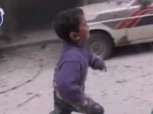 """شاهد.. فيديو مؤثر لطفلين سوريين يصرخان عقب نجاتهما من """"مذبحة العصر"""""""