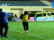 """بالفيديو.. """"الحكم"""" يوقف المباراة لعثوره على """"جوال"""" في أرض الملعب !!"""