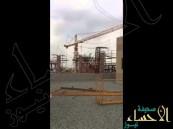 بالفيديو.. رافعة عملاقة تسقط بجامعة الملك عبدالعزيز