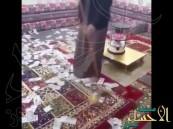 بالفيديو.. سعودي يتباهى بكنس أموال طائلة مُلقاة على الأرض !!