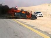"""بالفيديو .. في #الأحساء """"سيجارة"""" تعاقب أصحابها وتُحيل سيارتهم لكتلة لهب !!"""