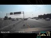 بالفيديو … بالدمام مزاح سائق سيارة يتحول إلى كارثة على طريق سريع