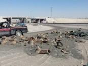 بالصور.. في #الأحساء : انحرفت الشاحنة فحولت الطريق لكتل من الإسمنت !