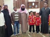 بالصور.. زيارة دعوية تنجح في إسلام وافدين اثنين بالعيون