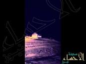 بالفيديو … مواطن يُحطِّم سيارته الجيب على صخرة عملاقة