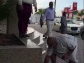 """بالفيديو.. غضب على تويتر بعد اعتداء رجل أمن على رجل """"مُسن"""""""