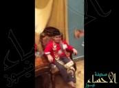 شاهد.. سعودية تستخدم أطفالها في استعراض الذهب الذي تمتلكه بشكل مذهل