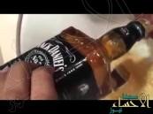 بالفيديو.. سعودي يغسل يد ضيفه بأثمن أنواع الخمور والفودكا !!