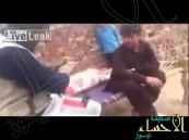 بالفيديو.. أب كاد أن يقتل ابنه بطلقات نارية أثناء تنظيفه للسلاح  !!