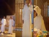 بالفيديو.. مواطن يقسم بتسمية ابنه البالغ 20 عامًا على اسم ضيفه إكراماً له !