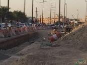 """بالصور.. في #الأحساء : تأخر المشروع فبات الحي محاصر بأخاديد """"سكيكو"""" ومقاولها !!"""