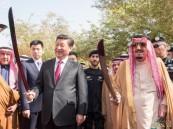"""بالصور.. الرئيس الصيني يحمل السيف السعودي في قصر """"المربع"""""""