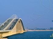 انتشال جثة شخص سقط في البحر بعد تعرضه لحادث أعلى جسر الملك فهد