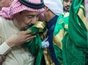 بالفيديو والصور … خادم الحرمين الشريفين يشارك في آداء #العرضة_السعودية